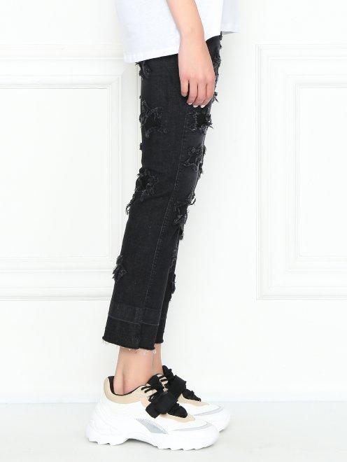Укороченные джинсы с потертостями - МодельВерхНиз2