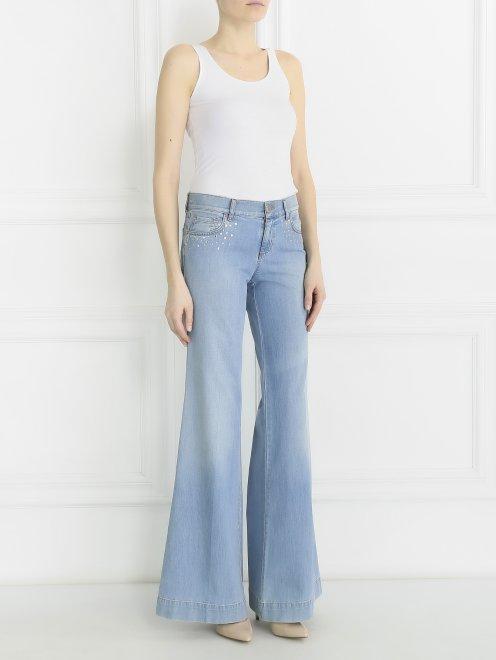 Широкие джинсы из светлого денима с декоративной отделкой  - Общий вид