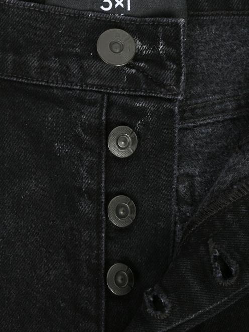 Укороченные джинсы из темного денима с узором - Деталь1