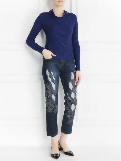 Укороченные джинсы с потертостями и вышивкой из бисера - Общий вид