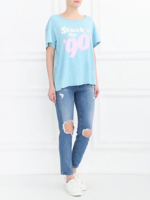 Укороченные джинсы прямого кроя с потертостями - Общий вид