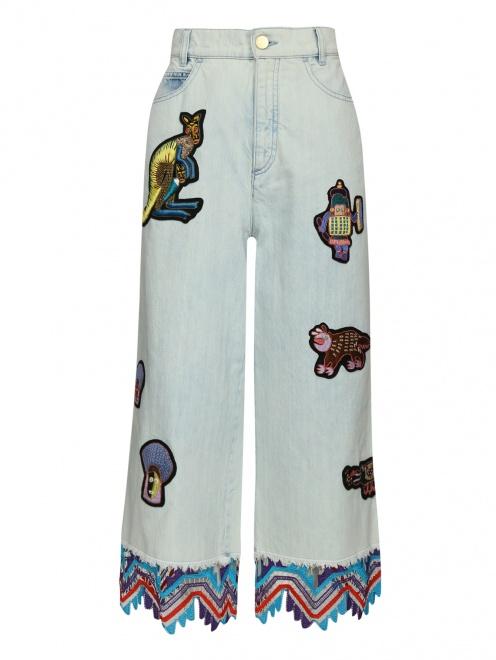 Укороченные джинсы из светлого денима с декоративной отделкой - Общий вид